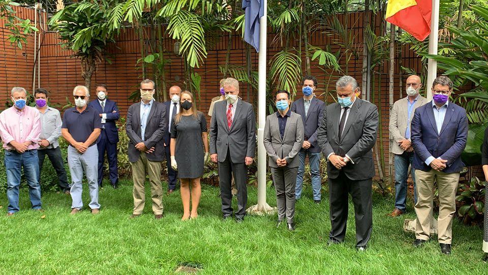 PERSONAL DE LA EMBAJADA DE ESPAÑA EN CARACAS GUARDA UN MINUTO DE SILENCIO POR LOS FALLECIDOS POR LA COVID-19