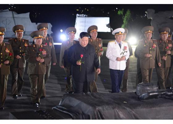 Máximo Dirigente Kim Jong Un visita el cementerio de mártires de guerra