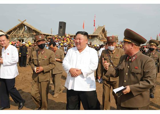 Máximo Dirigente Kim Jong Un supervisa campo de construcción por recuperar daños