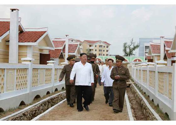 Máximo Dirigente Kim Jong Un recorre comuna de Kangbuk de distrito de Kumchon