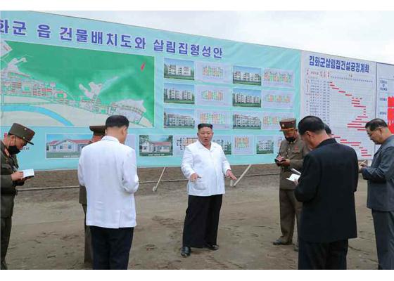 Máximo Dirigente Kim Jong Un recorre el campo de  reconstrucción del distrito de Kimhwa