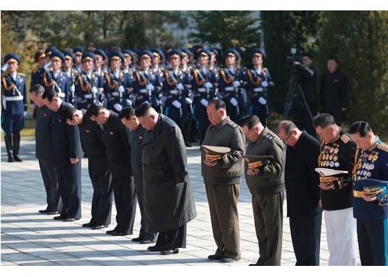 Máximo Dirigente Kim Jong Un visita el cementerio de los mártires chinos