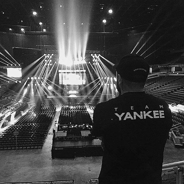 Vjneon es el venezolano encargado de darle vida a los shows más grandes del momento a través de sus visuales.