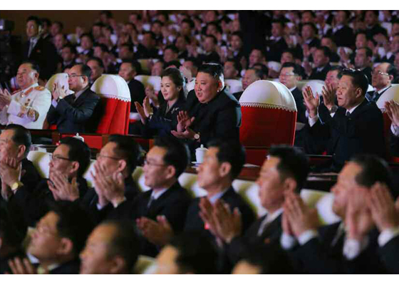 Estimado compañero Kim Jong Un presencia función artística por el Día de Estrella Luz