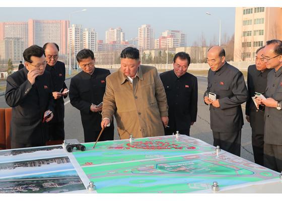 Máximo dirigente Kim Jong Un expone proyecto de construir el reparto de viviendas con terraza cerca de la Puerta Pothong