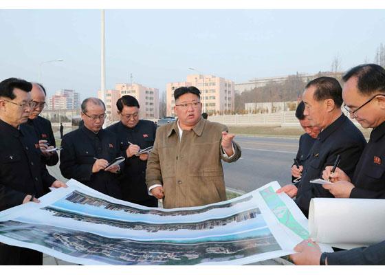 Iniciada la obra del reparto de viviendas en la zona ribereña del río Pothong.Máximo Líder compañero Kim Jong Un vuelve a recorrer el terreno