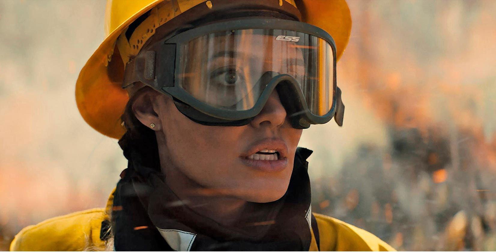 Angelina Jolie se enfrenta sin ayuda a los incendios forestales para «Aquellos que me desean la muerte»