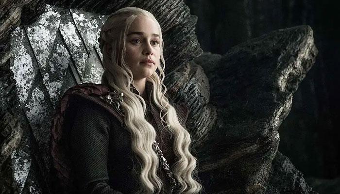 Emilia Clarke, quien monta un dragón de Game of Thrones, es la autora del cómic : Mother Of Madness.