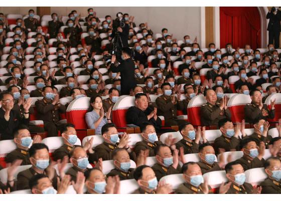 Estimado compañero Kim Jong Un presencia la función de grupos artísticos de esposas de oficiales del EPC