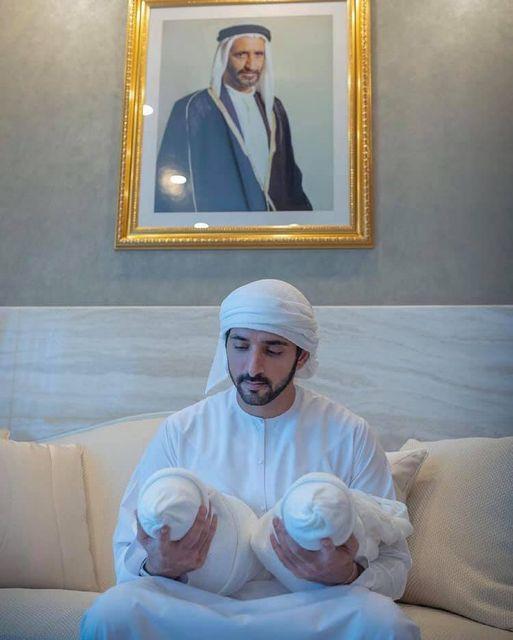 Sheikh Hamdan, de los Emiratos Árabes Unidos, presenta al mundo a sus gemelos