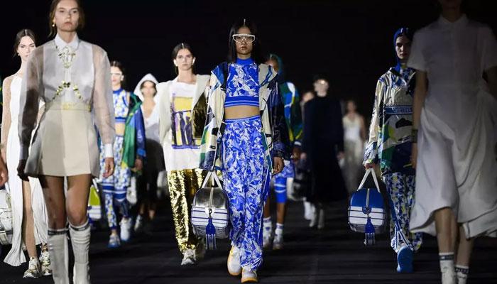 Dior vuelve a los espectáculos en directo con una colección de vestidos tradicionales griegos