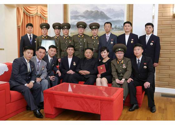 Estimado compañero Kim Jong Un felicita a los creadores y artistas condecorados