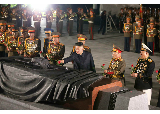 Estimado compañero Kim Jong Un visita el Cementerio de Mártires de la Guerra de Liberación de la Patria en el día de victoria