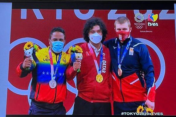 Fares Ibrahim, de Qatar,obtiene el oro olímpico en halterofilia masculina de 96 Kilogramos