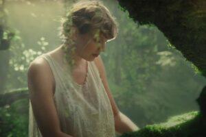 Taylor Swift escribe una nota bella en honor al aniversario del «Folklore»