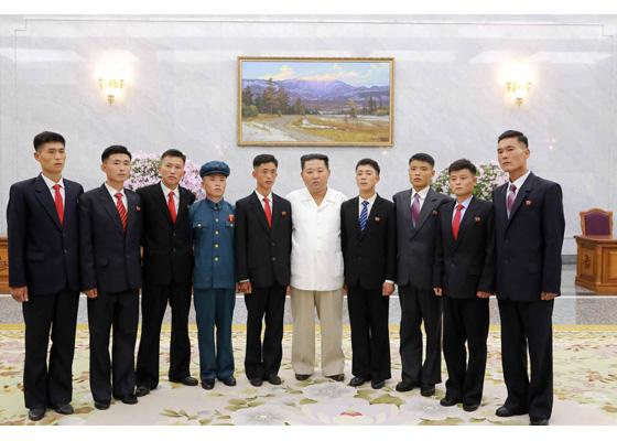 Estimado compañero Kim Jong Un se reúne con jóvenes que se ofrecieron a trabajar en sectores duros y difíciles