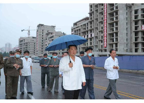 Estimado compañero Kim Jong Un dirige la construcción del reparto residencial con terraza en la zona ribereña del río Pothong