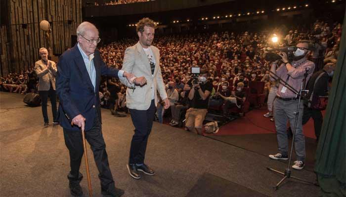El ganador del Oscar Michael Caine es honrado con el premio Crystal Globe en el festival de cine de Karlovy Vary