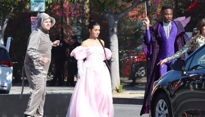 Camila Cabello y James Corden organizan un flashmob para bloquear el tráfico de los Ángeles con el atuendo de 'Cenicienta'
