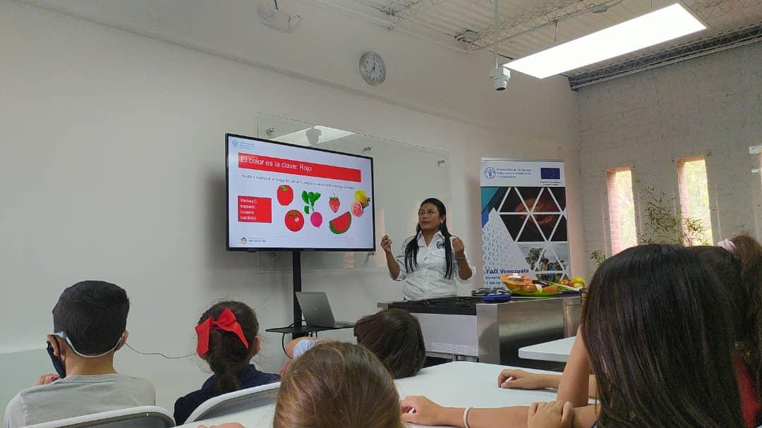 Niñas y niños de Caracas participan de conferencia sobre la importancia de las frutas y las verduras