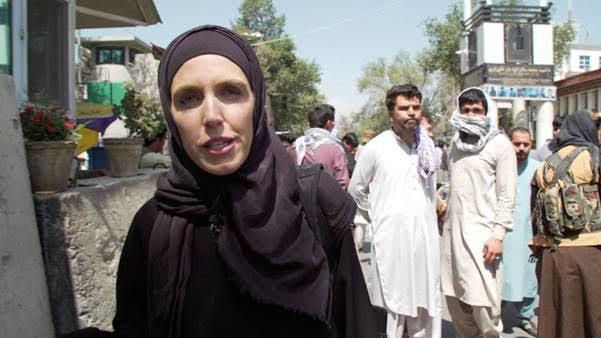 Clarissa Ward de CNN presiona a combatiente talibán sobre los derechos de las mujeres afganas