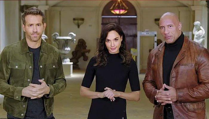 Gal Gadot se enfrenta cara a cara con Ryan Reynolds y Dwayne Johnson en el tráiler de 'Red Notice' de Netflix