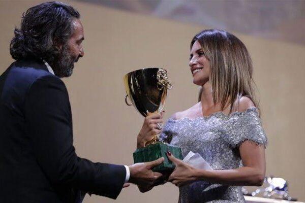 Penélope Cruz recibe el premio a la mejor actriz por «Madres paralelas» en el Festival de Venecia