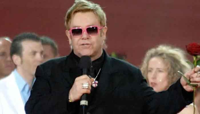 Elton John retrasa gira de despedida tras lesión en la cadera