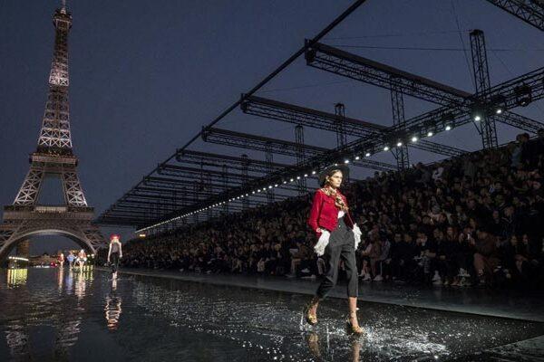 Yves Saint Laurent regresa a la pasarela de la Torre Eiffel