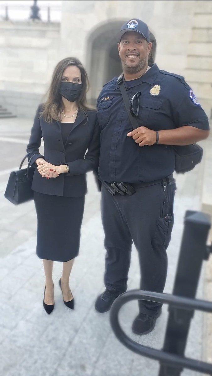 Angelina Jolie agradece a los oficiales por defender Capitol Hill durante los disturbios de Enero