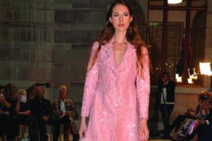 La diseñadora kuwaití Montaha Al-Ajeel participa en la Feria Internacional de la Moda de Estocolmo 2021