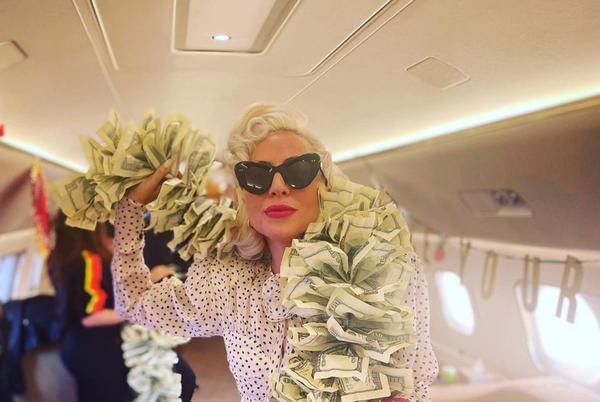 Lady Gaga impacta cuando se pone una boa hecha con billetes de 100 dólares