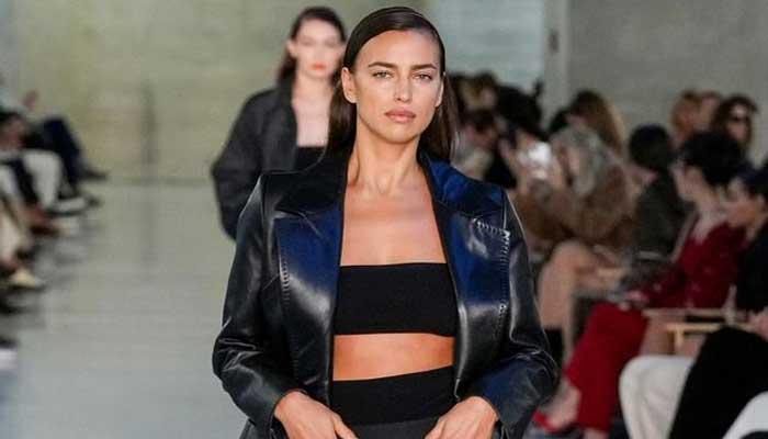 Irina Shayk llama la atención en la Semana de la Moda de París