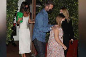 Victoria Beckham disfruta de una cita para cenar con su esposo David y su hija Harper en L A